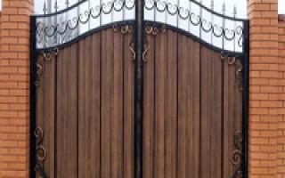 Ворота из профнастила с элементами ковки: красивая защита для вашего дома