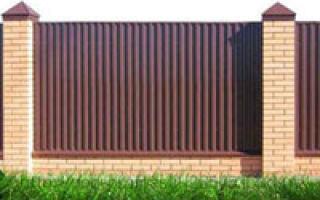 Строительство забора из кирпича и профнастила