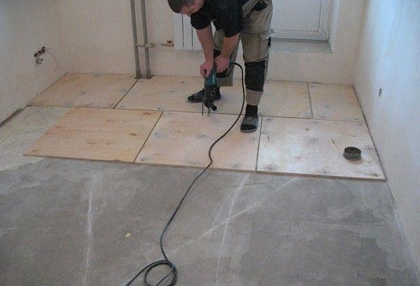 Фанера на бетонном полу