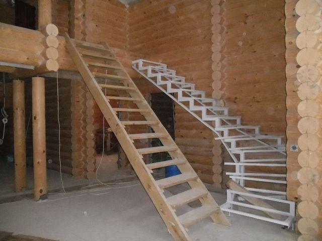 Лестничную конструкцию из металла можно вынести и за пределы здания