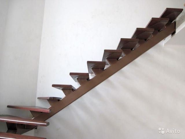 Лестницу с металлическим каркасом реально спроектировать с учетом особенностей дома