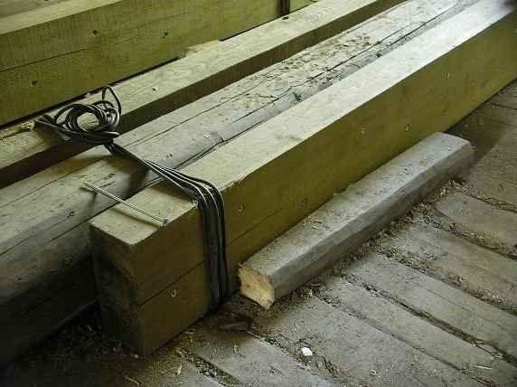 Монтаж деревянных накладок на поврежденную балку.