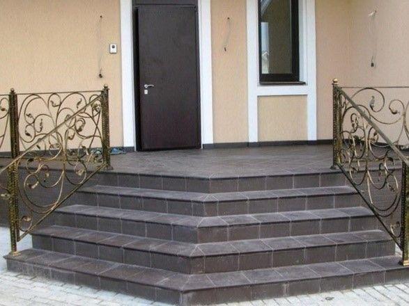 Пример бетонной входной лестницы с отделкой из плитки