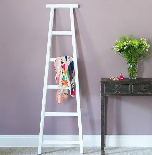 Приставная деревянная лестница и в городской квартире пригодится