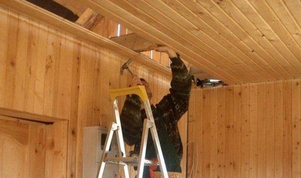 Процесс обшивки вагонкой потолка