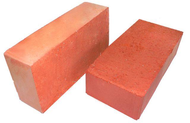 Рядовой красный керамический кирпич может считаться универсальным строительным материалом