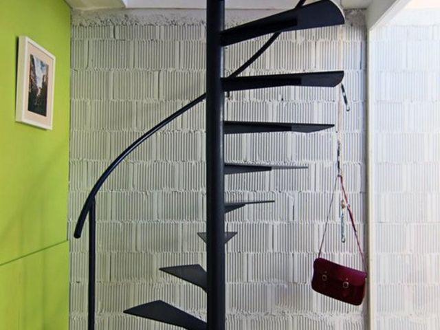 Винтовая лестница из металла простого дизайна