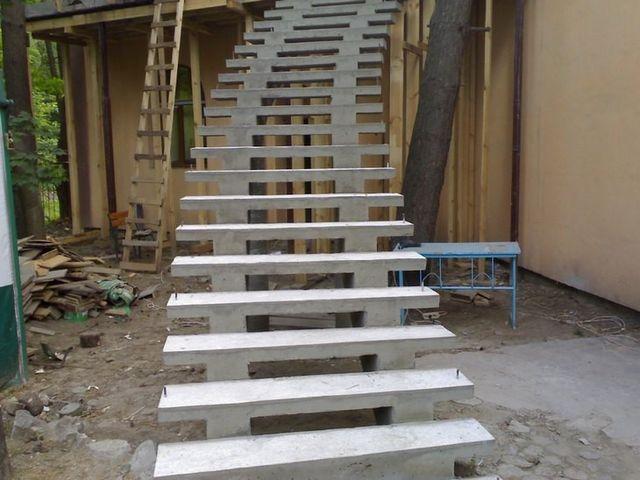 Внешняя бетонная лестница