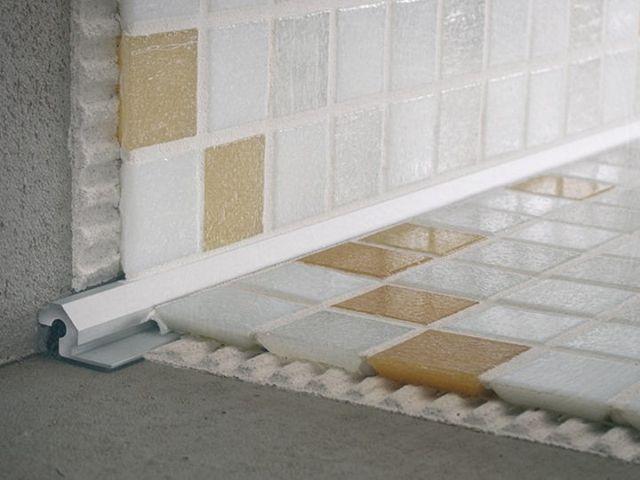Внутренний уголок под плитку гидроизолирует ванную