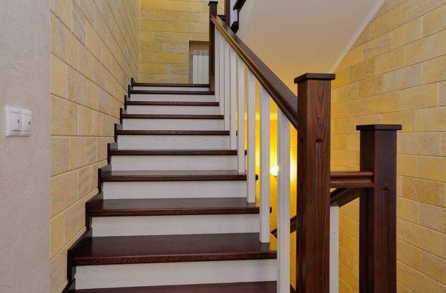 Качественно обшитая лестница выглядит как деревянная