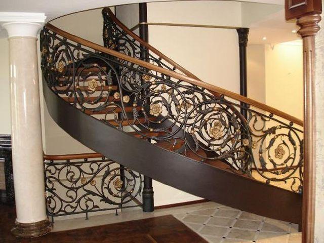 Кованая лестница делает дом не только комфортным, но и красивым