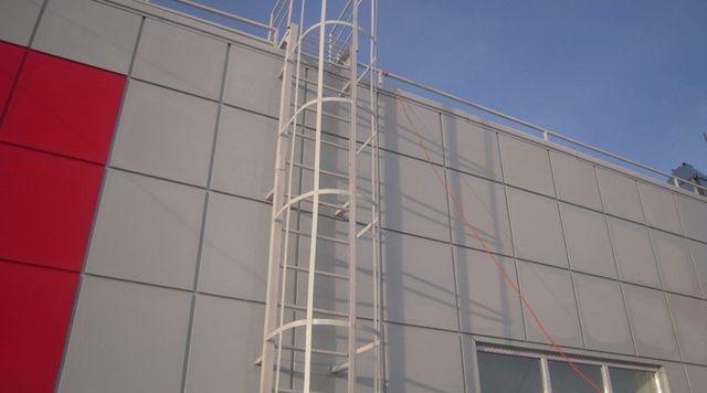 На высоких зданиях лестницы следует ограждать