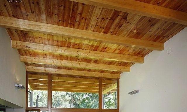 На деревянные балки уложен дощатый настил с образованием потолка
