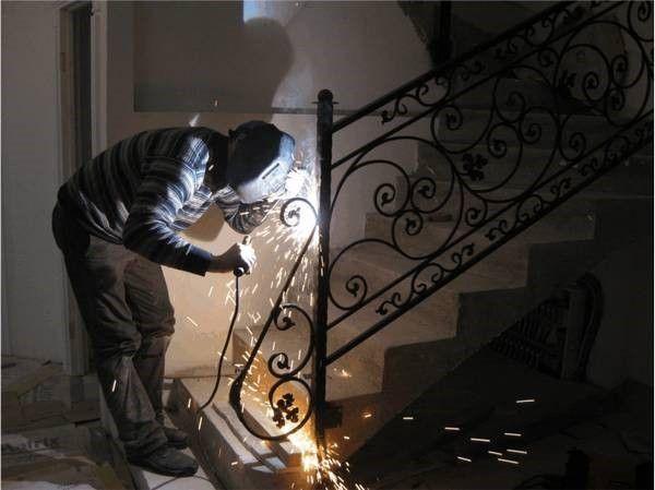 Смонтировать кованую лестницу можно и самостоятельно