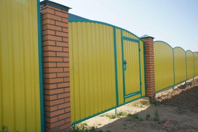 Желтый цвет на заборе